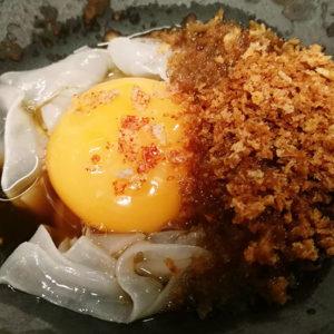 pincho de ramen de huevo tinto y chipiron
